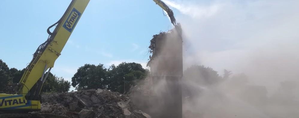 Giù l'ultima delle 6 torri a Zingonia - Video Demolite in un mese e mezzo di lavori