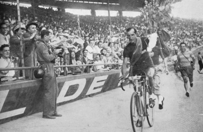 GINO BARTALI - AL TOUR DEL 1958 GIRO D'ONORE PER BARTALI SULLA PISTA DEL PARCO DEI PRINCIPI A PARIGI VINCITORE DEL TOUR