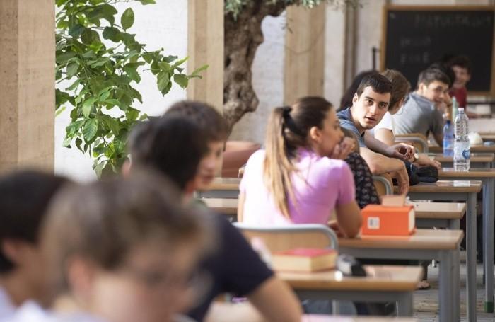 Una classe impegnata nella prima prova dell'esame di maturità all'esterno del liceo Classico Visconti di Roma, 19 giugno 2019. ANSA/CLAUDIO PERI