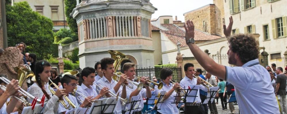 Musica tra le vie di Bergamo per il debutto dell'estate
