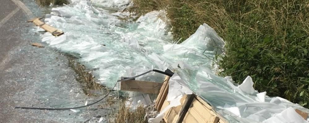 Camion perde carico di lastre di vetro Traffico bloccato a Brusaporto