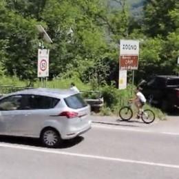 «La ciclabile è troppo pericolosa» Zogno, la denuncia in un video