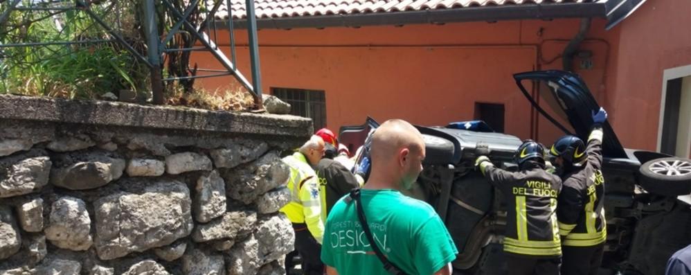 Si ribalta con l'auto e finisce tra le case Predore, giovane soccorso con l'elicottero