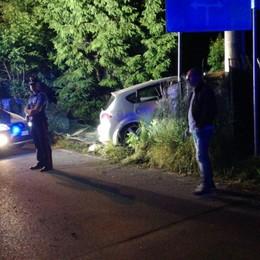 Auto sbanda e finisce fuori strada Due persone ferite a Clusone