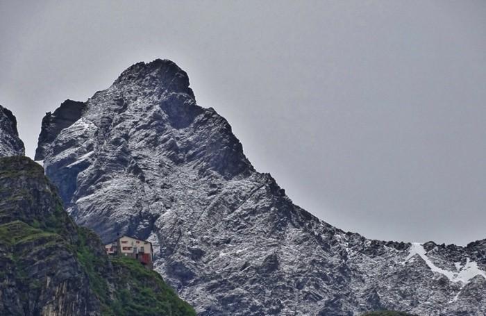 Le montagne dietro il rifugio Merelli al Coca imbiancate dalla nevicata di oggi