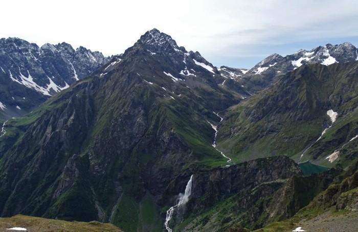 Le vette dell'alta Val Seriana imbiancate dalla nevicata del mattino: da sinistra il pizzo Redorta, il Pizzo Scais e il Pizzo Coca