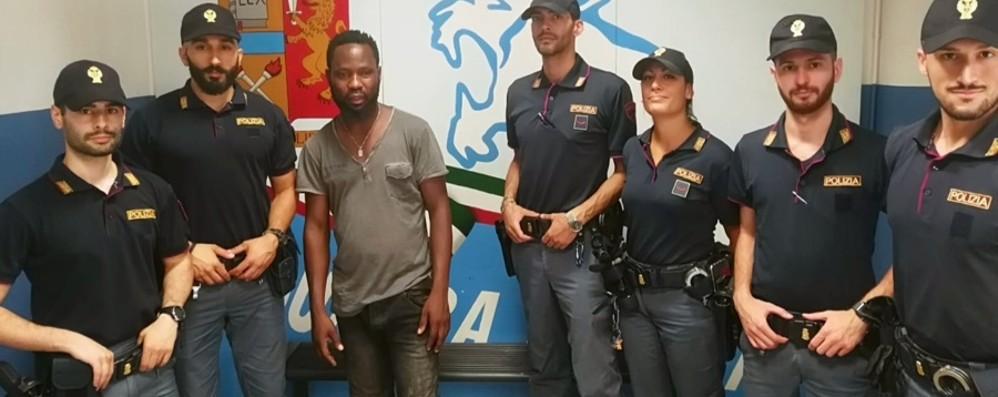 Atterra connazionale con un calcio-Video Aiuta la Polizia, loro gli regalano le scarpe