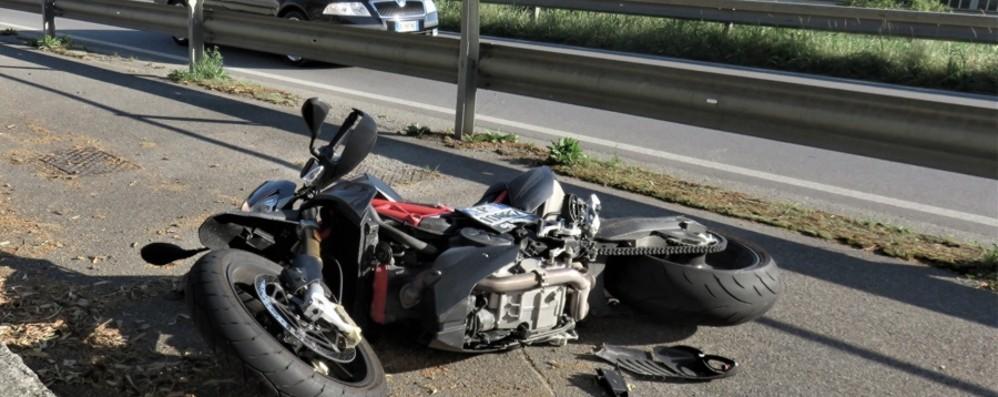 Urta specchietto e sbatte sul guardrail Muore a 45 anni motociclista a Cisano