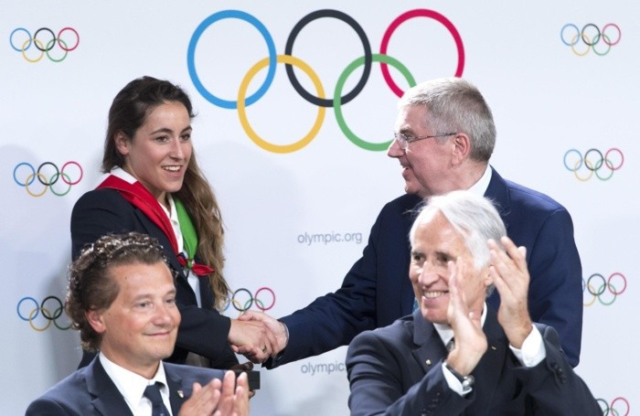 Thomas Bach stringe la mano a Sofia Goggia