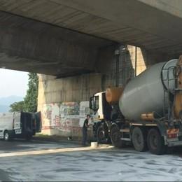 Via Per Orio, betoniera perde olio al rondò  Code lungo l'Asse interurbano - Video