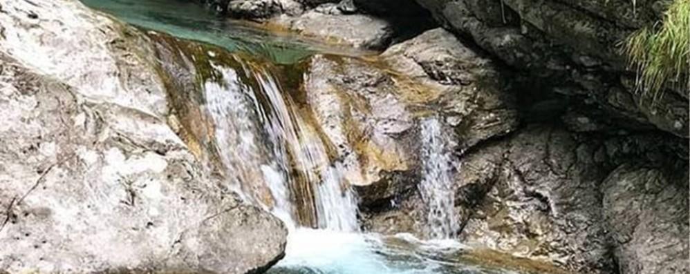 Cade nelle Buche di Nese: grave 24enne Era lì in compagnia per fare il bagno