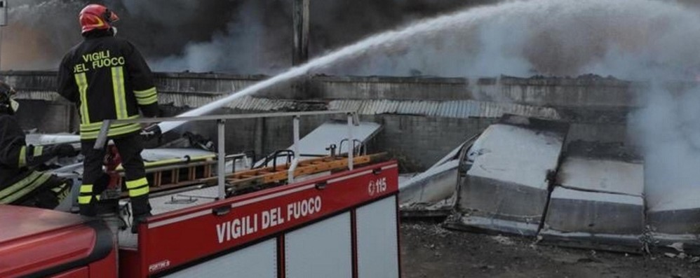 Pedrengo, incendio in discarica  Vigili del fuoco in azione