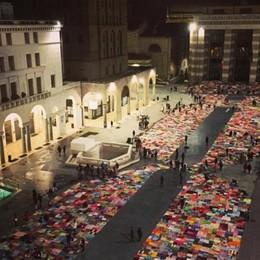 Una maxicoperta coprirà Piazza Vecchia Tutti possono fare il proprio «quadrato»
