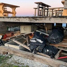Colere: panche rotte, sacchi e cassette Rifiuti abbandonati allo chalet dell'Aquila