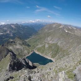 Monte Aga, cade per un centinaio di metri  Nebbia per l'elicottero, soccorsi complessi