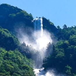 Una cascata di 500 metri, la più alta d'Italia Spettacolo in Val Fondra - Foto e video