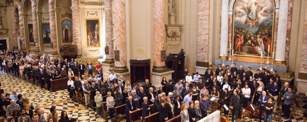 Folla commossa ai funerali di Giovanetti «Sei stato una guida, un vero Maestro»