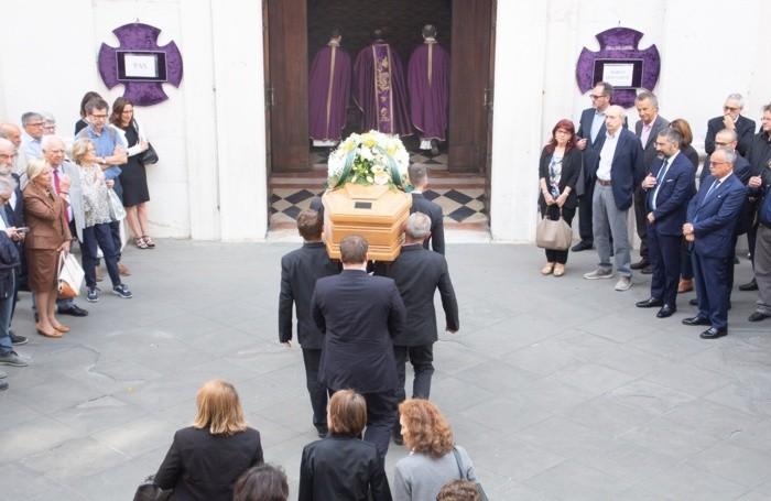 L'ingresso della bara in chiesa
