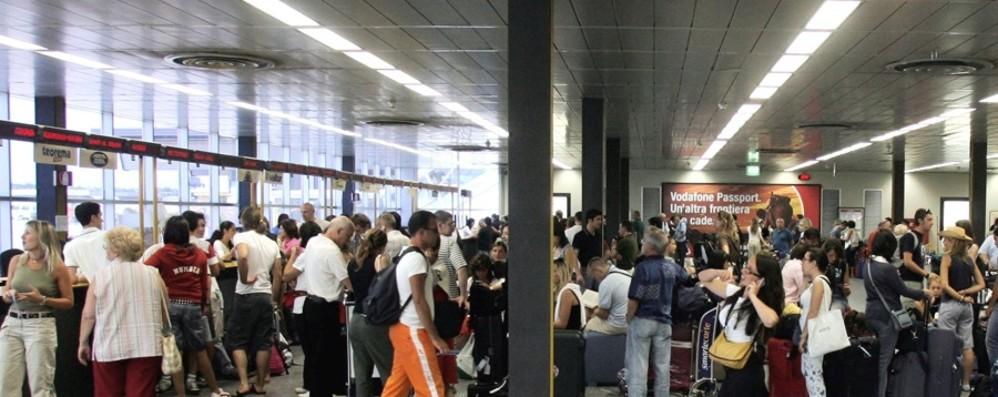 Volo per Minorca in ritardo di 30 ore Orio al Serio, 13 ore anche per Mikonos