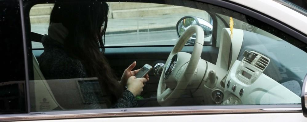 Via la patente a chi guida col cellulare Le novità del Codice della strada