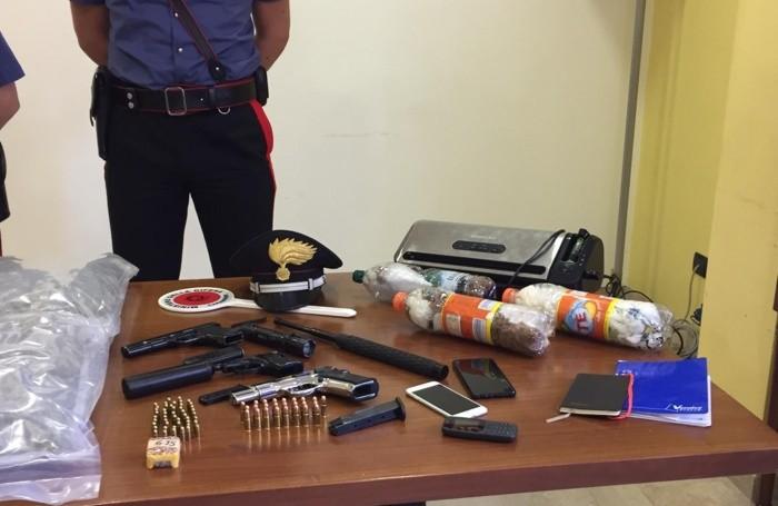 Le armi e  la droga sequestrate