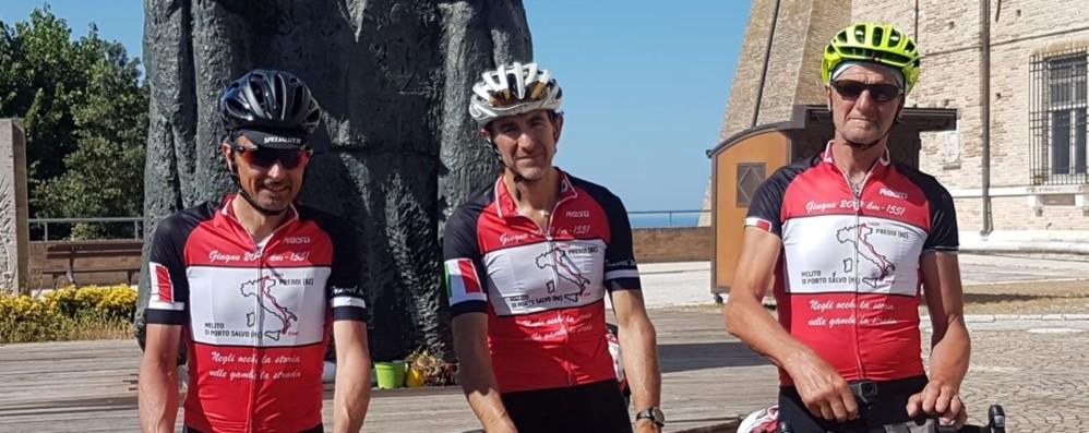 Tre amici scoprono l'Italia sui pedali conquistando gli estremi dello Stivale