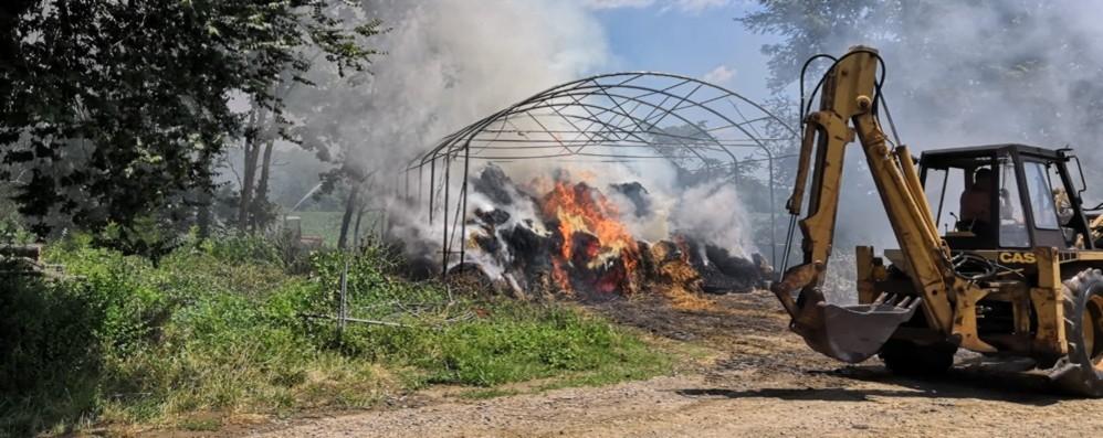 Incendio in cascina a Carvico Tre squadre dei Vigili del fuoco in azione