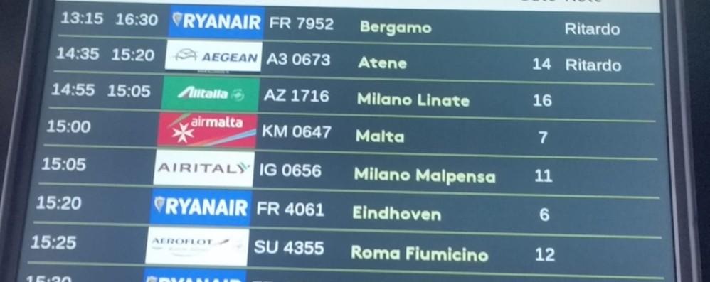 L'Etna erutta, cenere nei motori Ritardo per il volo da Catania a Bergamo