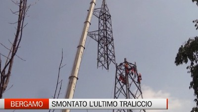 Spettacolare operazione di Terna: abbattuto l'ultimo traliccio elettrico a Bergamo