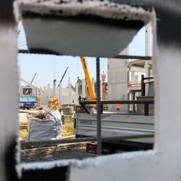 Niente ferma gli umarell: cantiere off limits? Pronti, finestrella fatta a mano