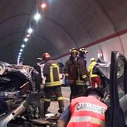 Schianto in galleria sulla statale 42 Due feriti gravi: soccorsi da Bergamo