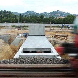 Sotto i binari, 360 tonnellate di tunnel Viene spinto mentre passa il treno - Video