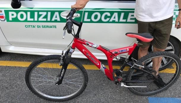 Mettono in vendita bici rubata su Internet I Vigili si fingono clienti: due denunciate