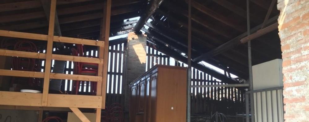 Almenno, incendio in un ristorante Nella notte brucia il tetto del locale rifiuti
