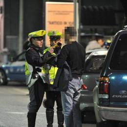 Zigzaga in auto, fermato dalla Polizia «Dove sono?». Alcol 6 volte sopra il limite