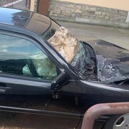 Paura a Tavernola, masso cade  dal bosco Piomba su  auto in sosta e la distrugge