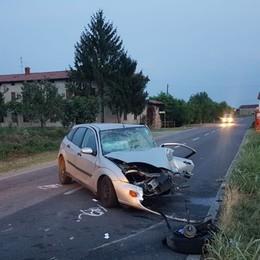Schianto frontale tra due auto Una fuori strada, due feriti a Martinengo
