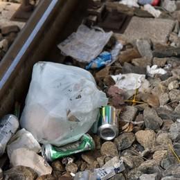 Stazione, binari usati come cestini «Puliremo, ma poco senso civico»