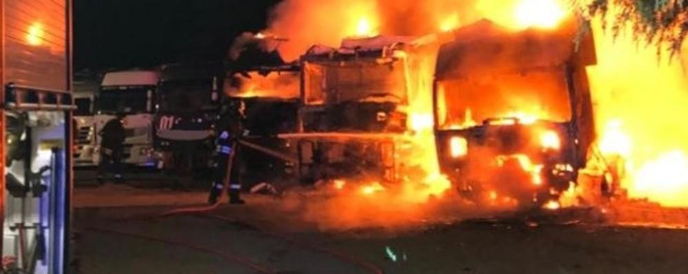 Rogo doloso nella notte a Brivio Tre camion in fiamme - Foto
