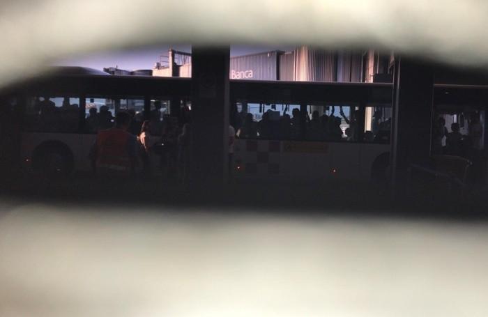 I passeggeri fermi all'imbarco del volo per Lampedusa da Orio al Serio