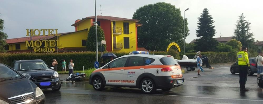 Schianto a un incrocio sulla Rivierasca Medolago, ferito un 24enne in moto