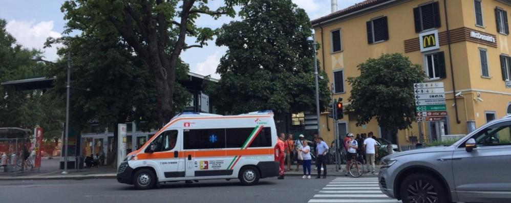 Bergamo stazione, donna investita Cade a terra e batte la testa: in ospedale
