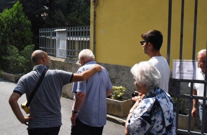 A destra, con gli occhiali da sole, Gianluca, il fratello di Matteo