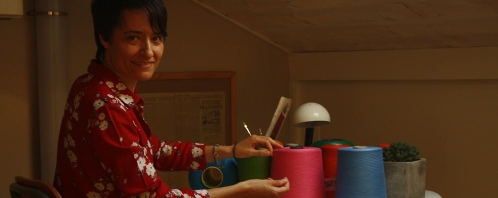 «Essere è un filo colorato» Luisa, sarta con tele e cotone