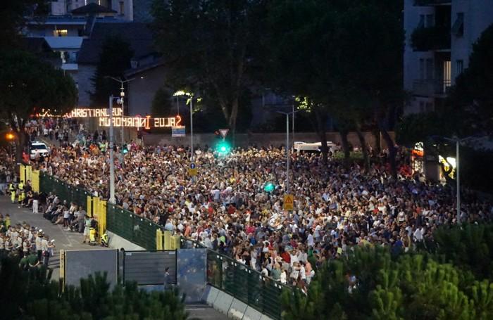 La folla in attesa dello spettacolo pirotecnico
