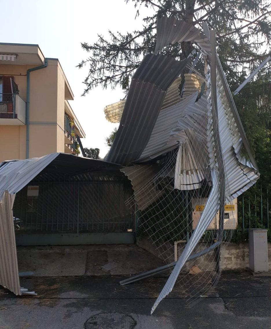 La copertura di un capannone volata via a Pedrengo