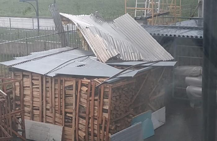 Il tetto della «Ferramenta Mora» volato via