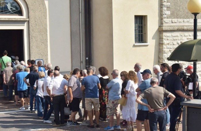 La fila dei tifosi che ieri hanno reso omaggio a Felice Gimondi a Paladina