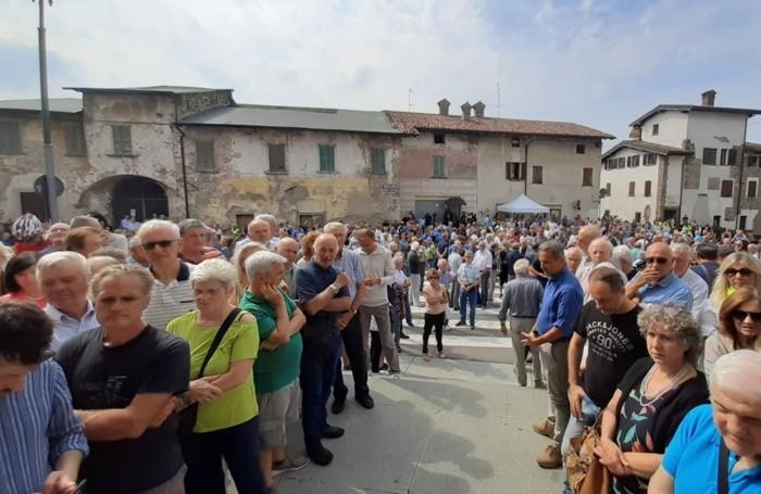 La gente segue i funerali sul sagrato