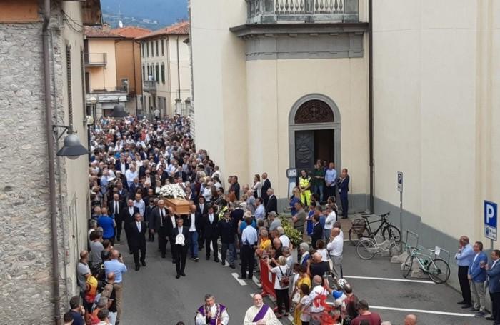 L'arrivo del feretro dalla casa alla parrocchiale di Paladina